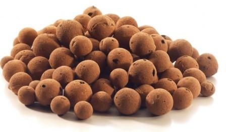 Керамзит можно покрыть мелкоячеистой сеткой, а после залить жидким бетоном