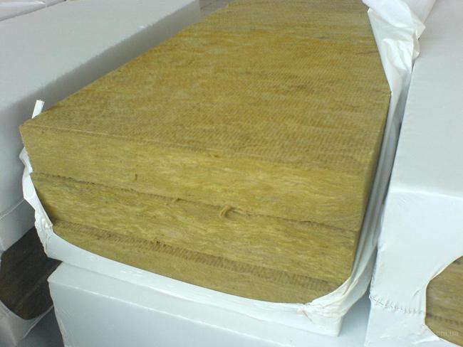 Минеральная вата рекомендуется многими специалистами в качестве лучшего утеплителя для пола в деревянном доме