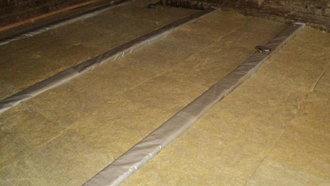 Минеральная вата отлично подходит для утепления пола в деревянном доме