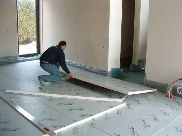 Значительного улучшения теплоизоляционных свойств бетонного пола можно достичь путем укладки слоя утеплителя между перекрытием и новой цементной финишной стяжкой