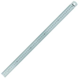 Металлическая линейка поможет ровно разрезать линолеум строго по линии