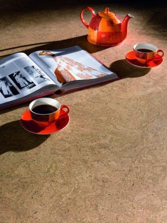 Пробковое покрытие имеет приятные тактильные свойства, влагостойкое и экологичное