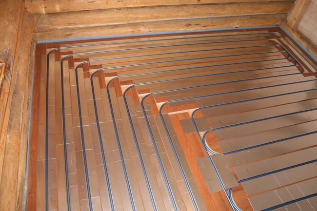 Для первого этажа экологичного деревянного дома особенно актуальна водяная система теплых полов