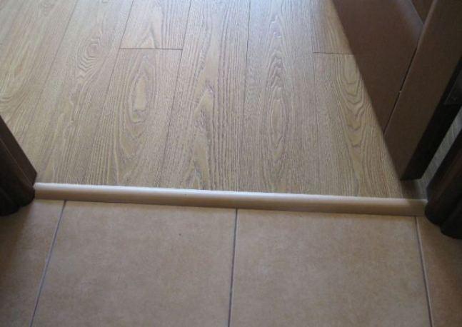 Широко распространено применение алюминиевого порожка для оформления участков стыка под дверными полотнами
