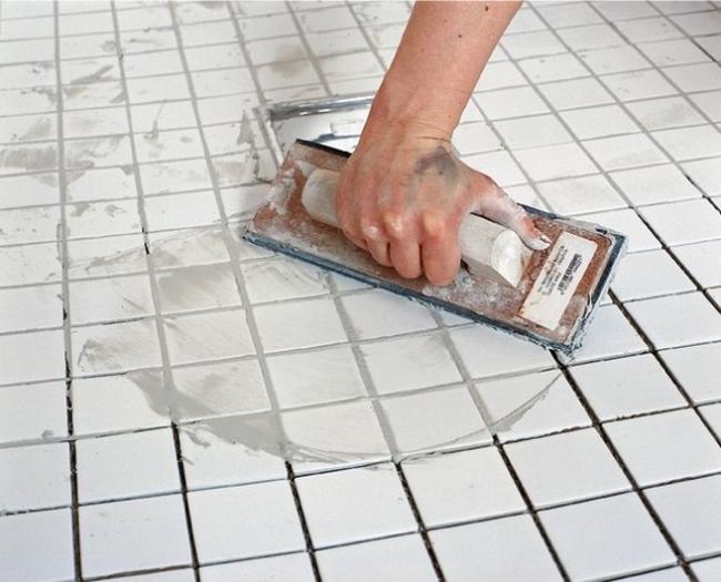 Цементной затиркой можно замазать швы между плитками, что покрыты или не покрыты эмалью