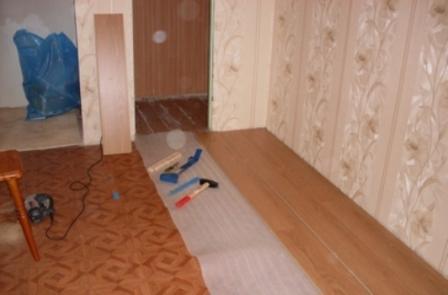 Между ламинатом и линолеумом укладывают слой подкладки – для шумоизоляции