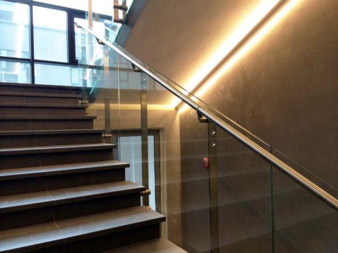 Стеклянное цельное ограждение лестницы