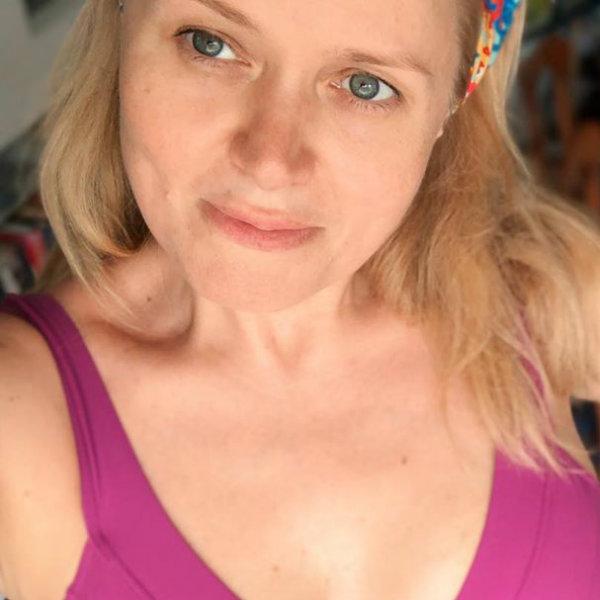 45-летняя Анна Михалкова поделилась отпускным снимком в купальнике