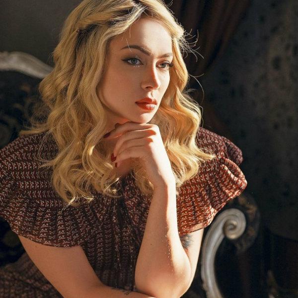 Настасья Самбурская примерила образ блондинки