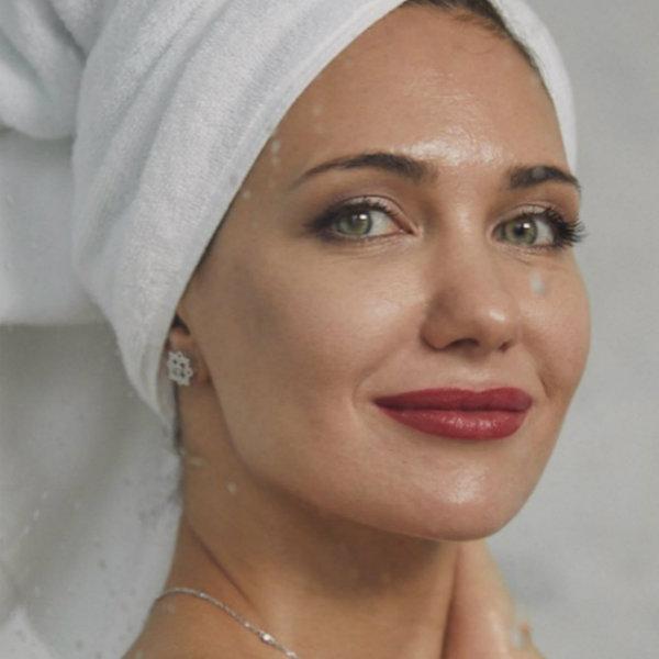 Екатерина Климова опубликовала кадры из душа, на которых она позирует в полотенце