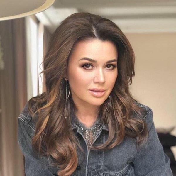 Соседка Анастасии Заворотнюк рассказала, что актриса располнела и будто бы потеряла свои роскошные волосы