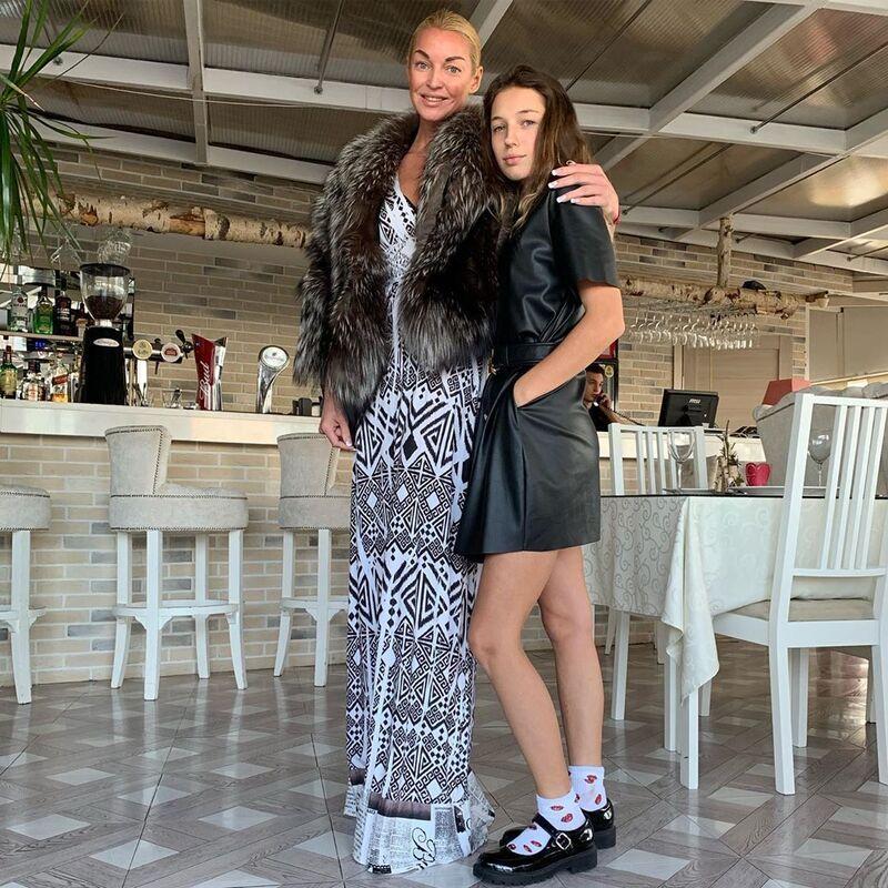 Анастасия Волочкова прервала школьный урок дочери, чтобы поздравить ее с днем рождения