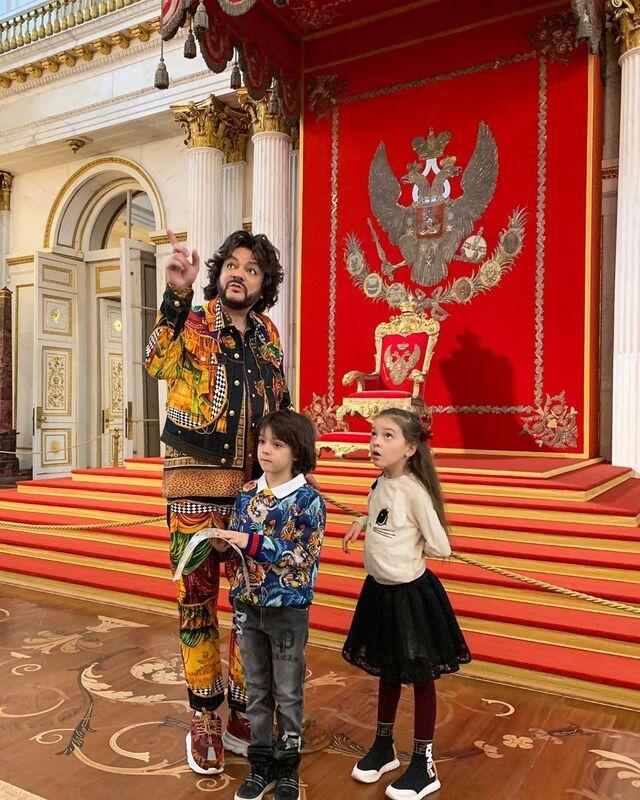 Филипп Киркоров с детьми Аллой-Викторией и Мартином трогательно поздравил Лизу и Гарри Галкиных с 6-летием